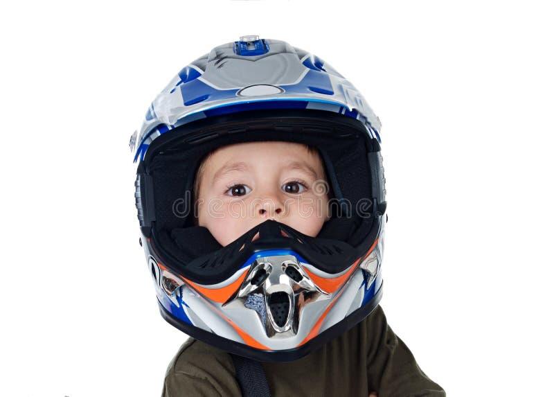 Kind mit dem Motorradsturzhelm, der Kamera betrachtet lizenzfreies stockbild