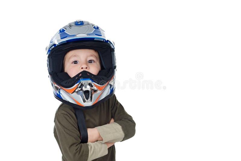 Kind mit dem Motorradsturzhelm, der Kamera betrachtet lizenzfreie stockfotografie