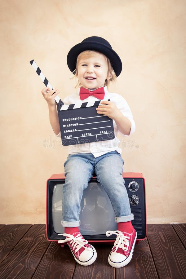 Kind mit dem Scharnierventilbrett, das zu Hause spielt stockfotografie