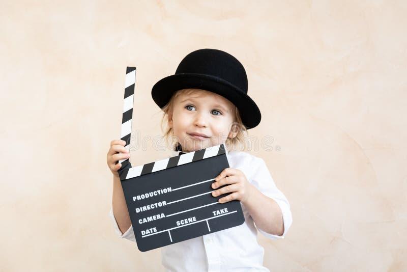 Kind mit dem Scharnierventilbrett, das zu Hause spielt lizenzfreie stockfotos
