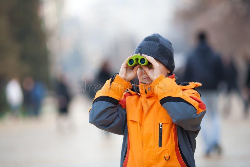 Kind mit den Binokeln im Freien lizenzfreie stockfotos