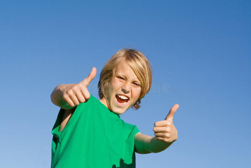 Kind mit den Daumen oben lizenzfreie stockfotografie