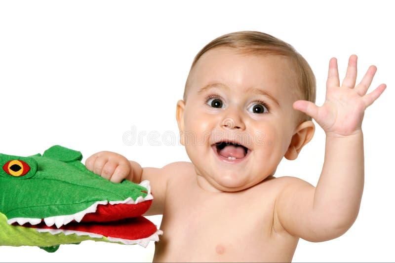 Kind mit der wellenartig bewegenden Hand des Spielzeugs lizenzfreies stockbild