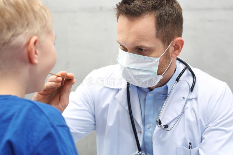 Kind mit Doktor Facharzt für Hals- und Ohrenleiden lizenzfreies stockfoto