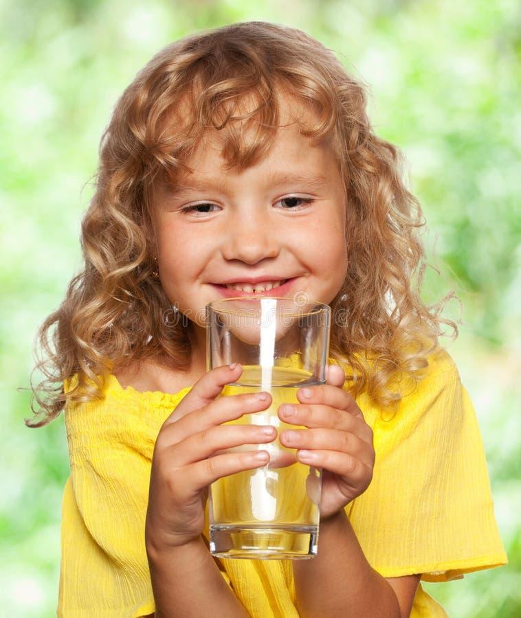 Kind mit einem Glas Wasser lizenzfreie stockfotos