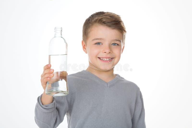 Kind mit einem grauen T-Shirt lizenzfreie stockbilder