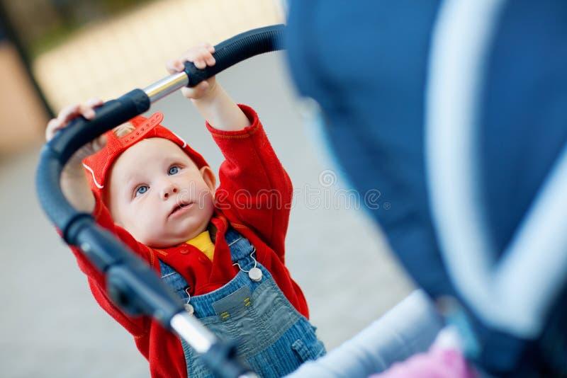 Kind mit einem Kinderwagen stockbild