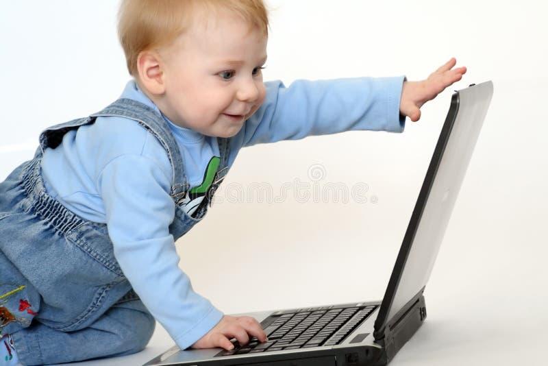 Kind mit einem Notizbuch lizenzfreies stockfoto