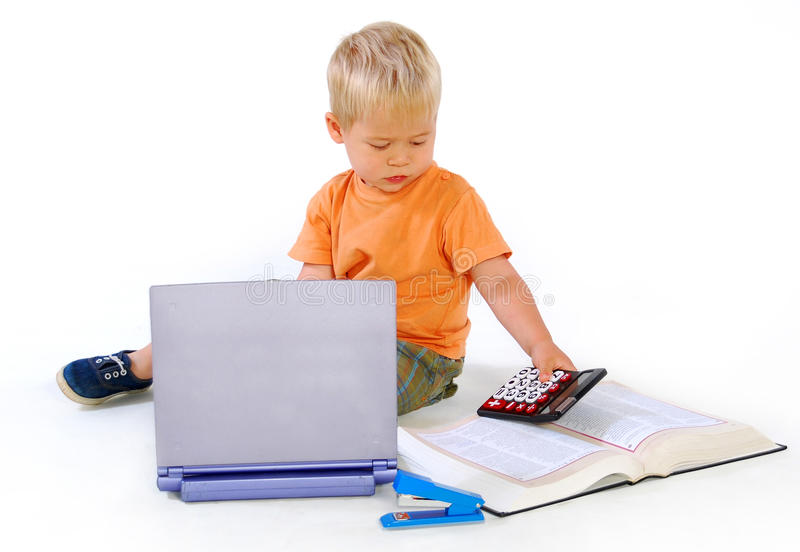 Kind mit einem Rechner und einem Gesetzbuch stockfotos