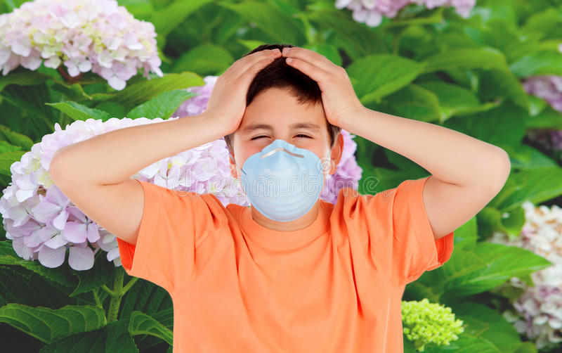 Kind mit einer Maske, zum von Allergie zu verhindern lizenzfreie stockfotos
