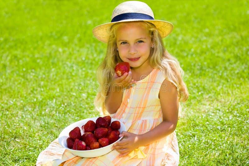 Kind mit Erdbeeren lizenzfreies stockbild