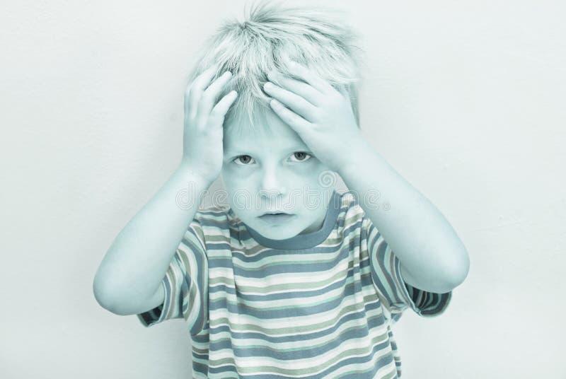 Kind mit ernstem Ausdruck. lizenzfreie stockfotografie