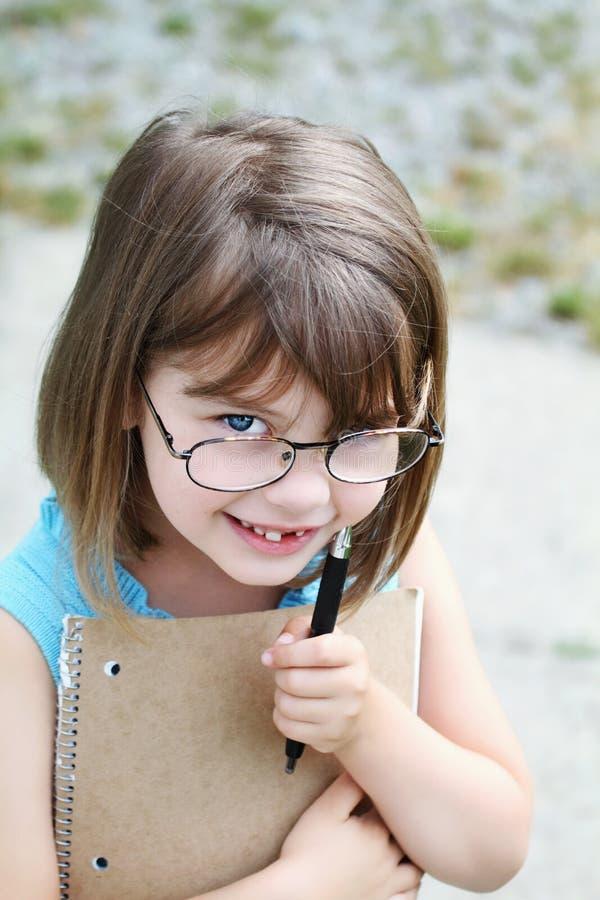Kind mit Feder und Buch lizenzfreies stockbild
