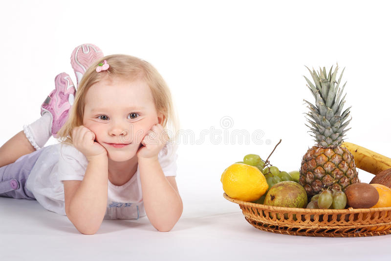 Kind mit Früchten lizenzfreies stockfoto