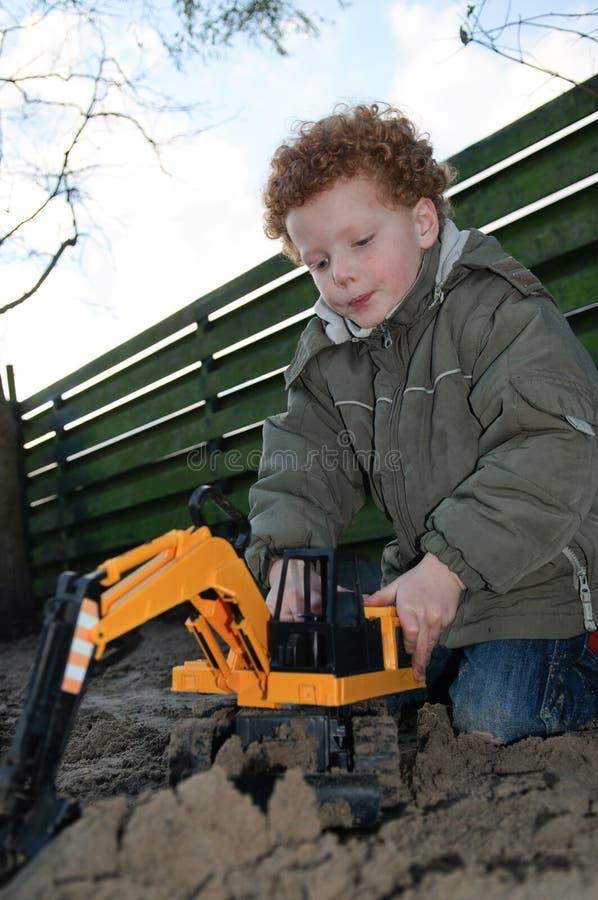 Kind mit Gebäudespielwaren lizenzfreie stockfotografie