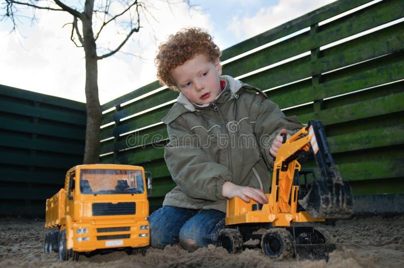 Kind mit Gebäudespielwaren lizenzfreie stockfotos