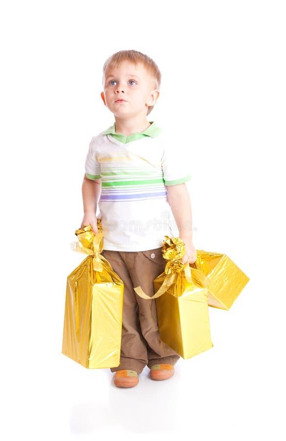 Kind mit Geschenken stockfoto