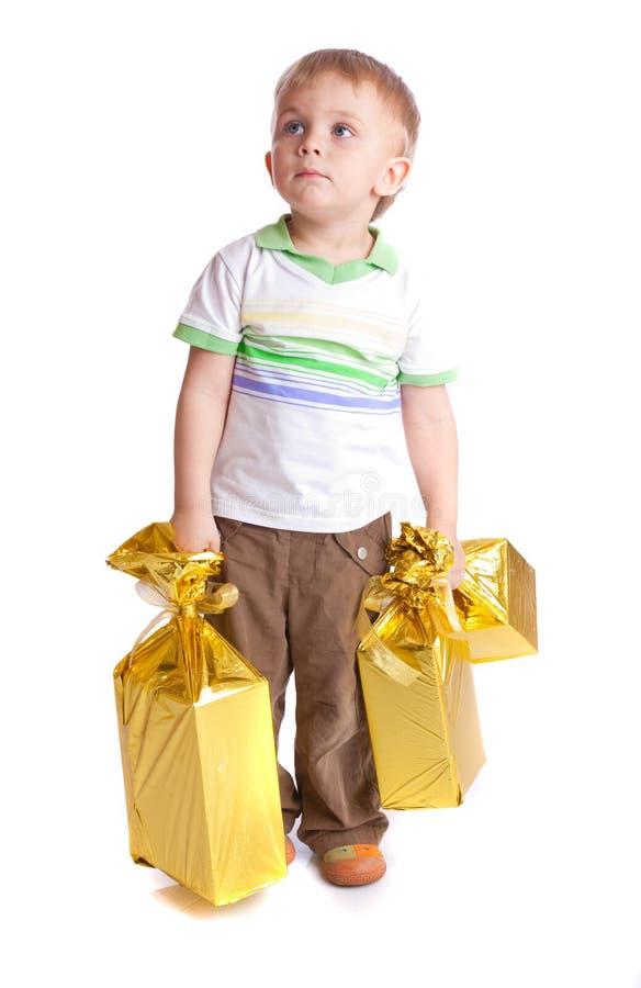 Kind mit Geschenken lizenzfreie stockfotos