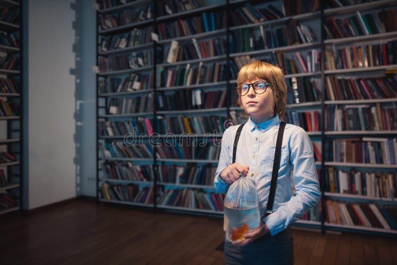 Kind mit Goldfisch lizenzfreie stockbilder