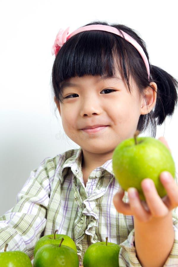 Kind mit grünem Apfel stockbilder