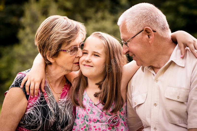 Kind mit Großeltern stockbild