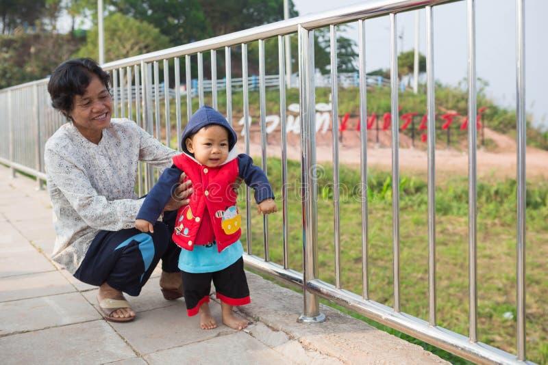 Kind mit Großmutter stockbild