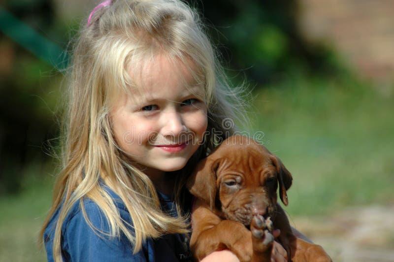 Kind mit Haustier lizenzfreie stockfotos