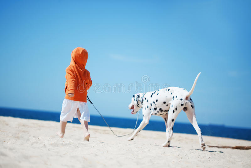 Kind mit Hund lizenzfreie stockfotos