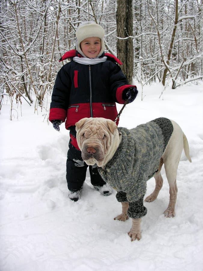 Kind mit Hund. lizenzfreie stockfotos