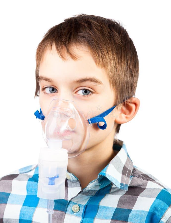 Kind mit Inhalatormaske stockfotografie