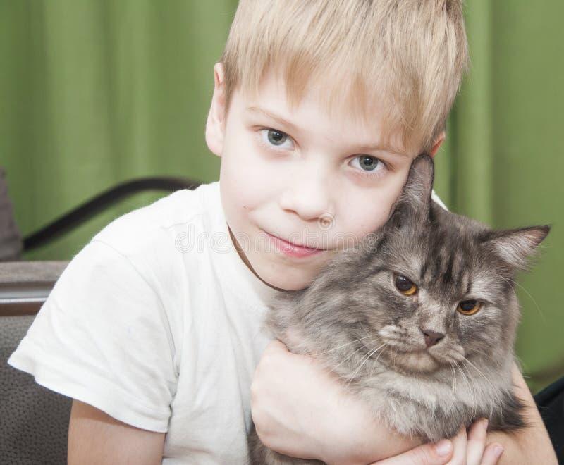 Kind mit Kätzchen lizenzfreies stockfoto