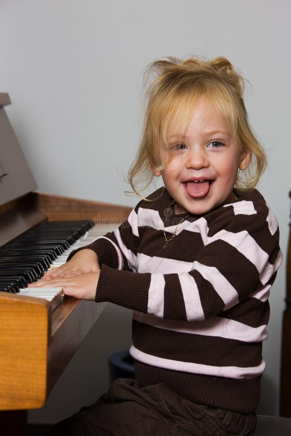 Kind mit Klavier stockfoto