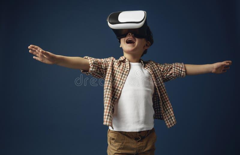 Kind mit Kopfhörer der virtuellen Realität lizenzfreie stockfotos