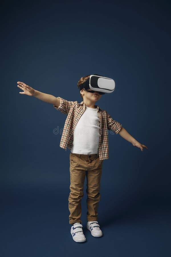 Kind mit Kopfhörer der virtuellen Realität lizenzfreies stockbild