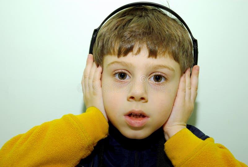 Kind mit Kopfhörern stockbilder