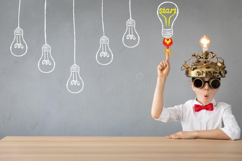 Kind mit Kopfh?rer der Spielzeugvirtuellen realit?t lizenzfreies stockbild