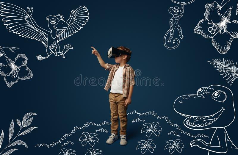 Kind mit Kopfh?rer der virtuellen Realit?t stockfotografie