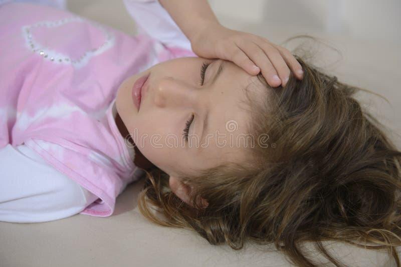 Kind mit Kopfschmerzen lizenzfreies stockfoto