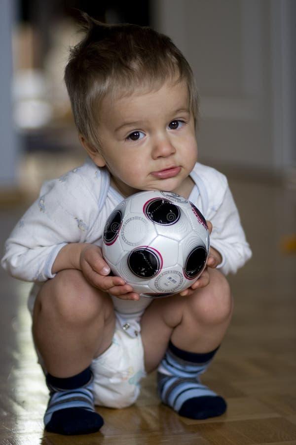 Kind mit Kugel lizenzfreies stockbild