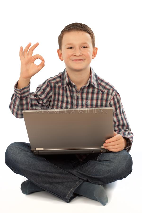 Kind mit Laptop lizenzfreie stockfotos