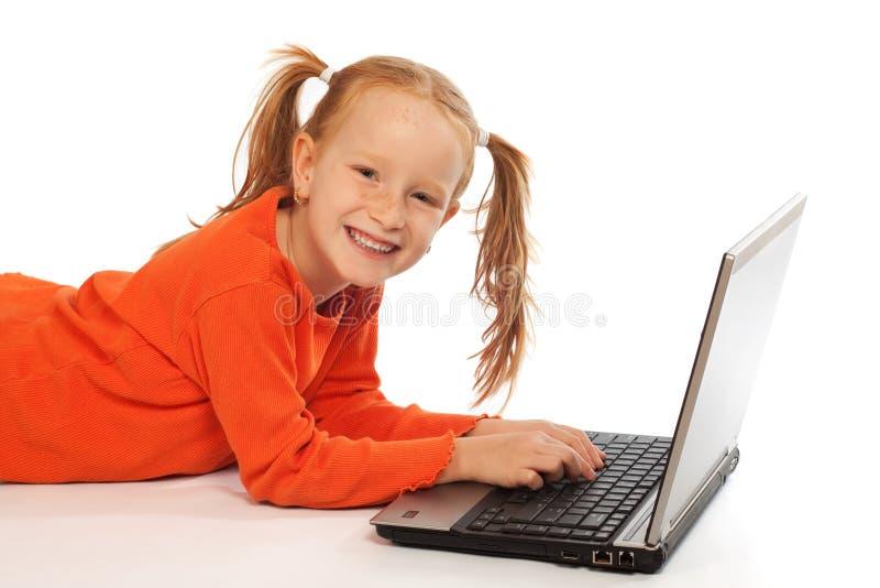 Kind mit Laptop stockbild