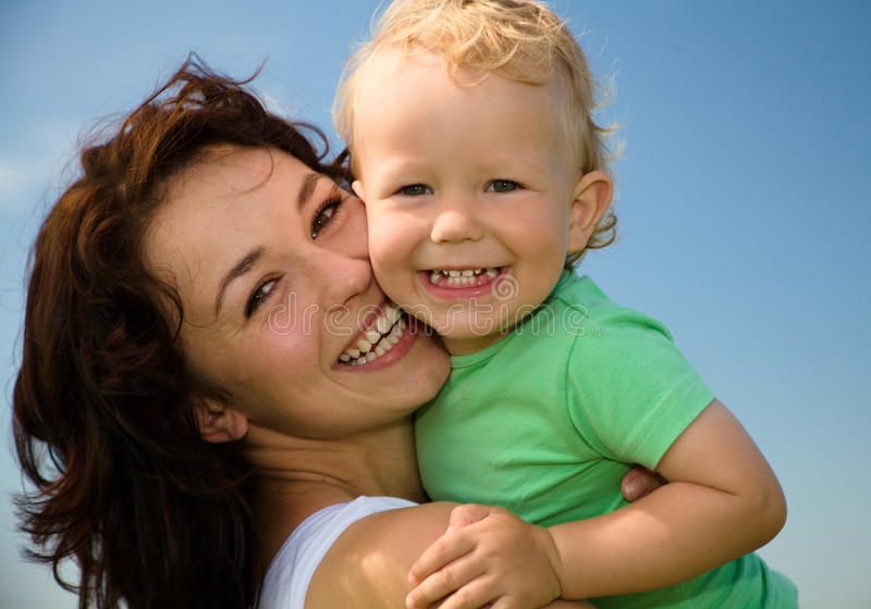 Kind mit Mutterspiel draußen lizenzfreie stockbilder