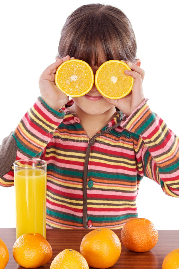 Kind mit Orangen lizenzfreie stockfotos