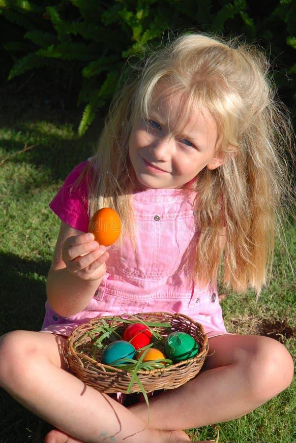 Kind mit Ostereiern stockfoto