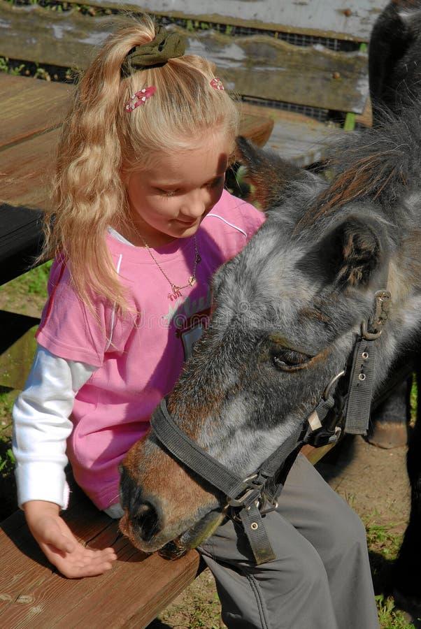 Kind mit Pony stockbilder