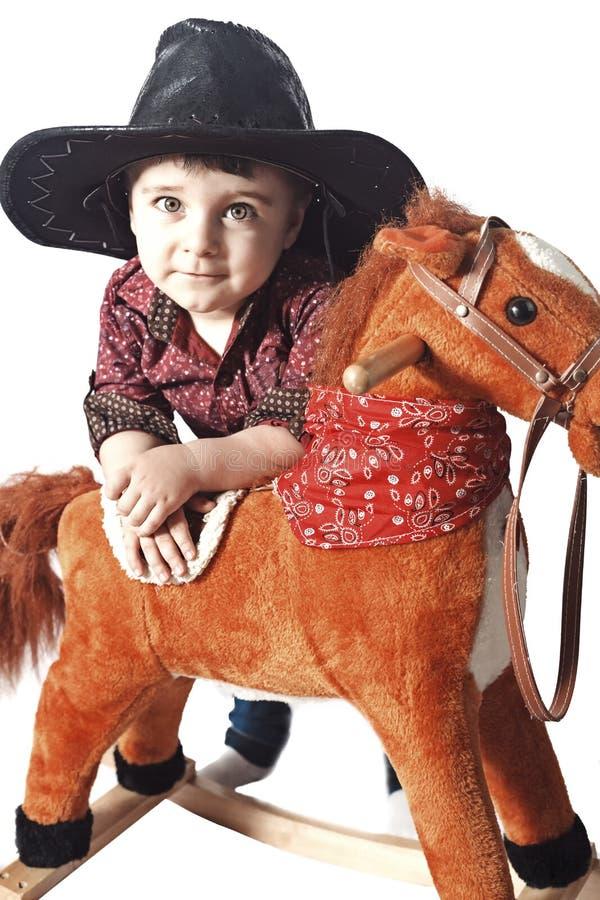 Kind mit Schaukelpferd lizenzfreie stockfotos