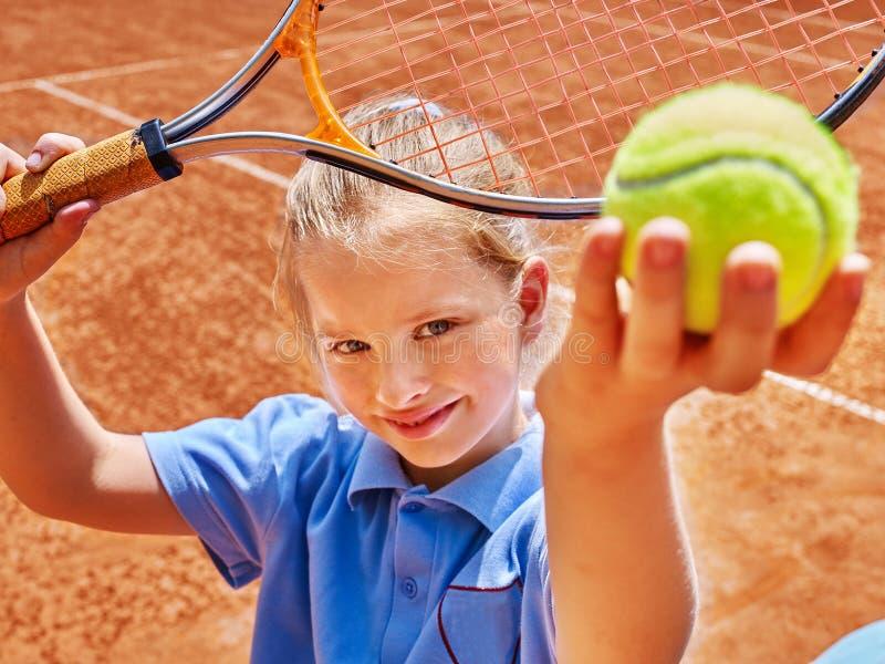 Kind mit Schläger und Ball auf Tennisplatz lizenzfreies stockbild