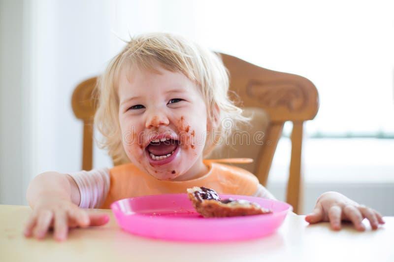 Kind mit schmutzigem Mund stockbilder