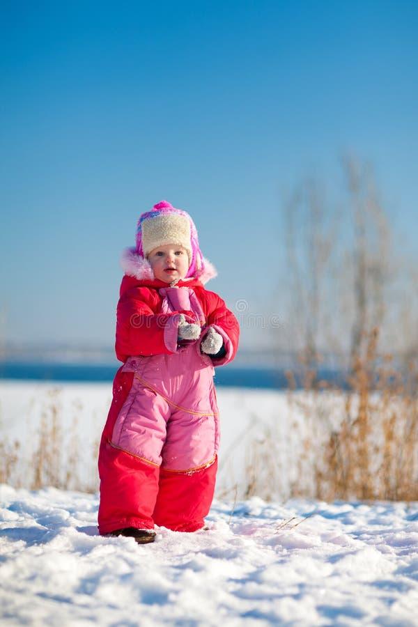 Kind mit Schnee im Winter stockbild