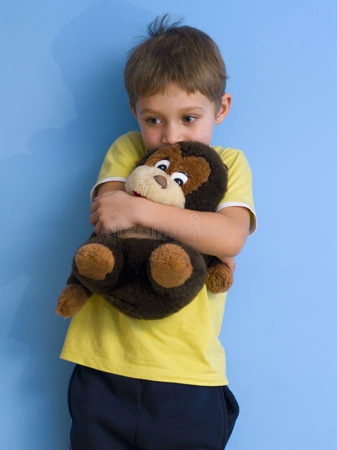 Kind mit Spielzeug stockfoto